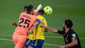 Ledesma despejando un balón en el partido ante el Granada