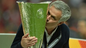 Mourinho, besando la Europa League