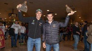 Nani Roma y Àlex Haro luciendo el trofeo en el aeropuerto de El Prat