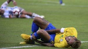 Neymar se queja de una entrada durante el último Brasil-Argentina