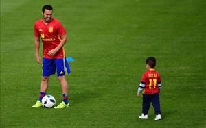 Pedro, jugando con su hijo en el entrenamiento