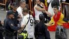 La policía cachea a aficionados del Real Madrid en una final de Copa