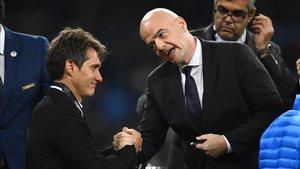 El presidente de la FIFA, Giani Infantino, consuela a Schelotto tras el partido