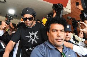 Ronaldinho, saliendo de declarar ante el juez