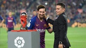 Saviola entregándole el premio al jugador del mes a Lionel Messi