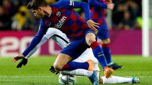 Sergi Roberto en una acción del Barça-Granada de la Liga 2019/20