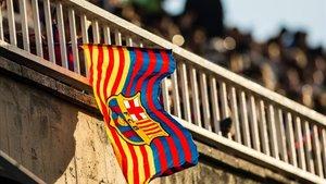 Una bandera del Barça ondea en la grada