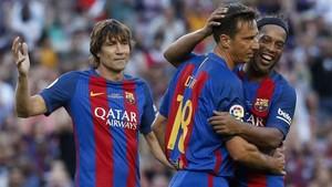 Una imagen del Barça Legends-Manchester United Legends del 20 de junio de 2017. Julio Salinas, Déhu y Ronaldinho