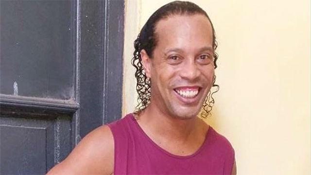 Una televisión de Paraguay explica el debut de Ronaldinho en en el torneo de presos
