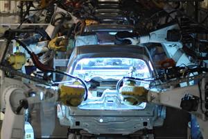 Un robot, en la línea de montaje de un Volkswagen, en la planta de Wolfsburg, en una imagen de archivo.