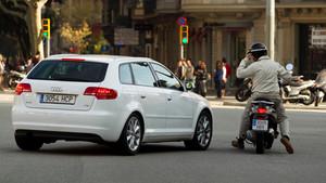 Incidente entre coche y moto en Barcelona