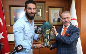 Arda Turan, recibido por el alcalde de Atila Bayrampasa