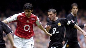 Cesc Fàbregas ante Roy Keane, en un Arsenal - Manchester United