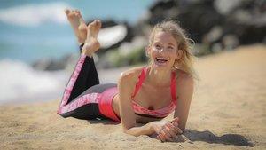 Clara Mas posando en la playa