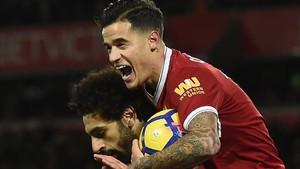 Coutinho celebra un gol abrazado a Firmino