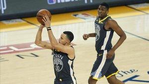 Curry lanza uno de sus triples ante New Orleans Pelicans