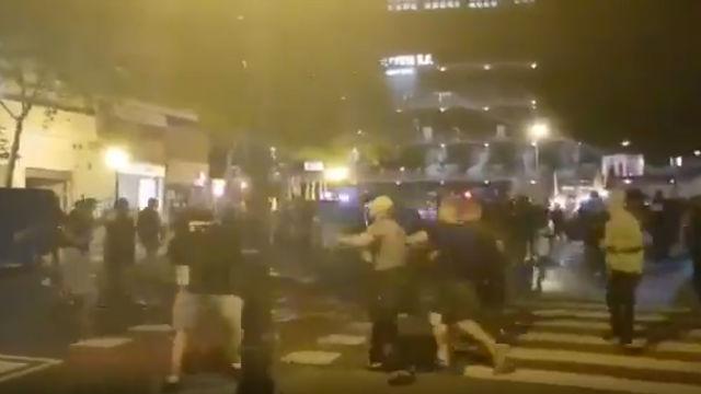 Espectacular pelea entre hooligans del Valencia y el Ajax a las afueras de Mestalla