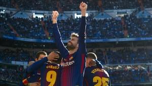 Gerard Piqué celebra el tercer gol del Barça en el Bernabéu alzando los brazos
