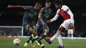 Iwobi intenta deshacerse de dos jugadores del Sporting