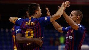 Lozano, Arthur y Ferrao se abrazan durante un choque en el Palau