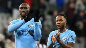 Mangala con la elástica del Manchester City.