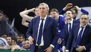 Pesic y su cuerpo técnico, atentos a la última acción del partido