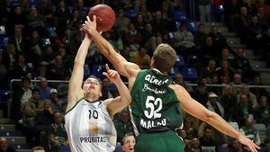 Prepelic y Volodymyr luchan por un balón