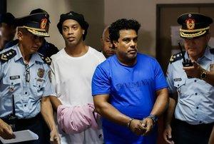 Ronaldinho y su hermano Roberto, esposados