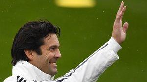 Santiago Solari saluda durante el entrenamiento del primer equipo del Real Madrid del 30 de octubre
