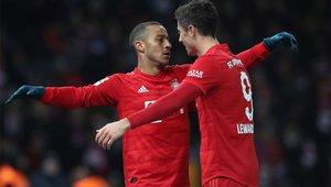 Thiago y Lewandowski celebrando un gol en el partido de Bundesliga ante el Hertha Berlín