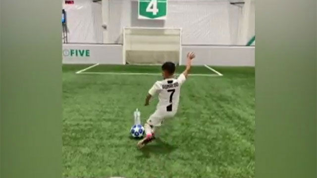 El vacile de un niño a Messi vestido con la camiseta de Ronaldo