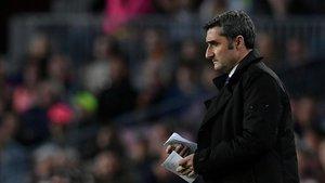 Valverde sufrió desde la banda hasta que Suárez sentenció el partido