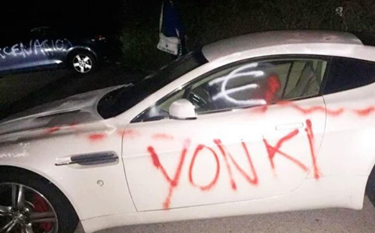 Aparecen pintados los coches de los jugadores del Cádiz tras perder co