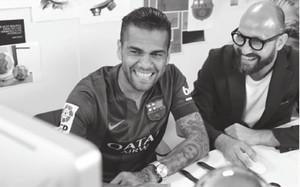 Los jugadores del Barcelona aprenden a ser relojeros. Messi y Piqué  diseñaron sus relojes en pareja. Neymar diseño su reloj. Alves puso una  inscripción 3dc7b538508