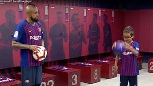 Arturo Vidal y su hijo, en el vestuario del Barcelona en el Camp Nou