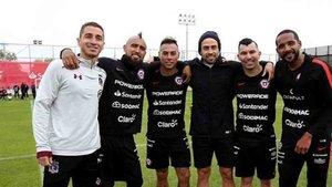 Arturo Vidal posa con sus excompañeros en la selección chilena