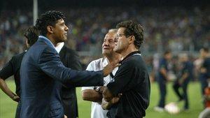 Capello y Rijkaard conversan en aquel Gamper de 2005