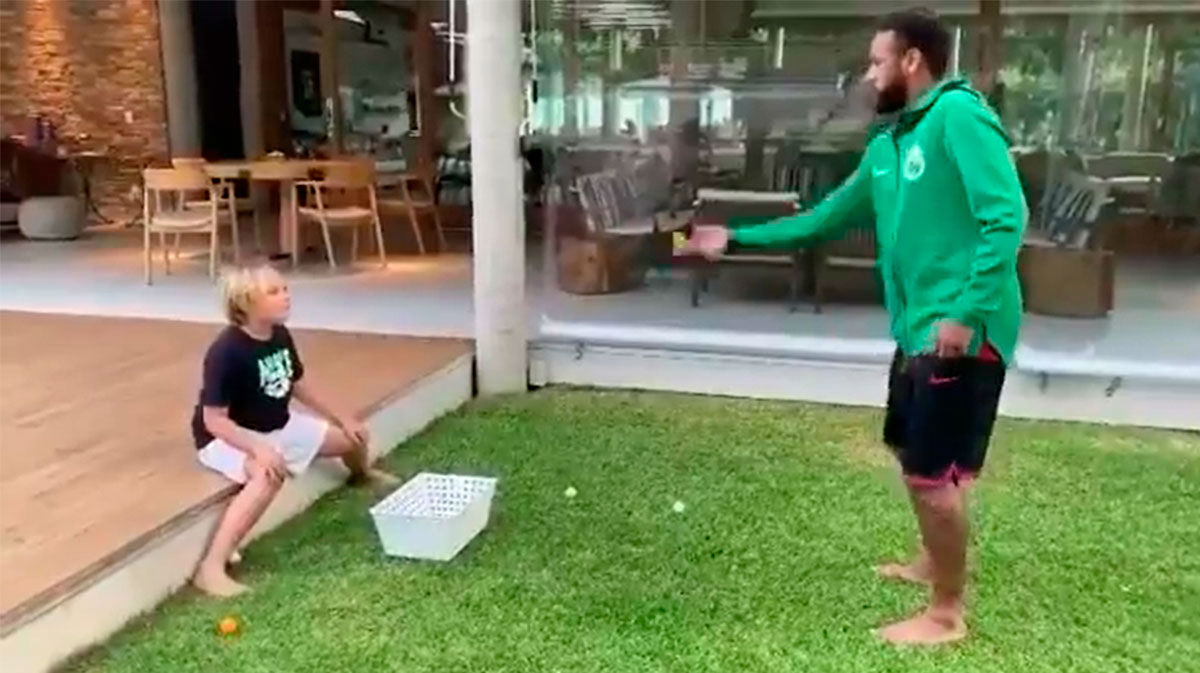 El curioso juego de Neymar con su hijo... ¡Le tira huevos!