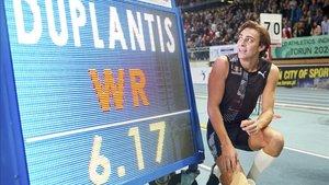 Duplantis mejoró en un centímetro el récord mundial de Lavillenie