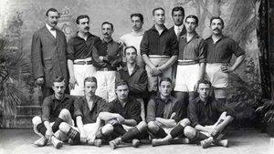 El equipo del FC Barcelona de la temporada 1909-1910. Gamper, el fundador, es el primero de pie por la izquierda
