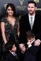 El futbolista del FC Barcelona Lionel Messi, su esposa Antonella Roccuzzo y sus hijos Thiago and Mateo llegan a la gala del Balon de Oro France Football 2019 en el Chatelet Theatre en Paris.
