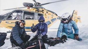 Un helicóptero con un guía profesional acompaña a los esquiadores y snowboarders