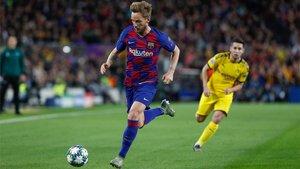 Ivan Rakitic en acción durante el Barça-Borussia Dortmund de la Champions 2019/20