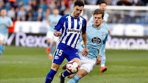 Jensen encima a Ximo Navarro del Deportivo Alavés