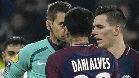 Alves, expulsado con roja directa en Lyon