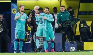 Leo Messi entra en sustitución de Ansu Fati durante el partido entre el Borussia Dortmund y el FC Barcelona de Liga de Campeones y disputado en el Signal Iduna Park en Dortmund.