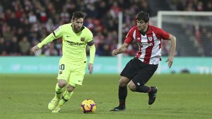 Messi y De Marcos durante el Athletic Club-Barça de LaLiga 2018/19 en San Mamés