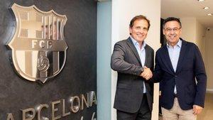 Pau Guardans, presidente de Barcelona Global, y Josep Maria Bartomeu, presidente del FC Barcelona, tras la firma del convenio entre ambas entidades