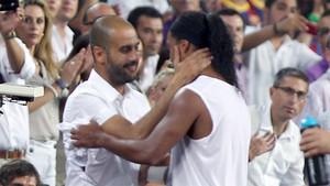 Pep Guardiola saluda a Ronaldinho Gaucho en el Barça-Milan del Trofeu Joan Gamper 2010