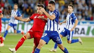 Portillo y Calleri luchan por un balón en Mendizorroza